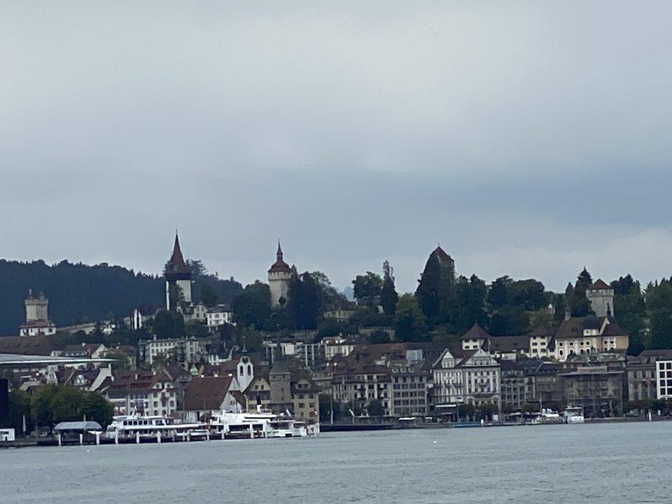 Museggmauer mit Museggtürmen über der Stadt Luzern